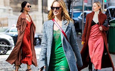 Романтичные street style образы в шелковых платьях
