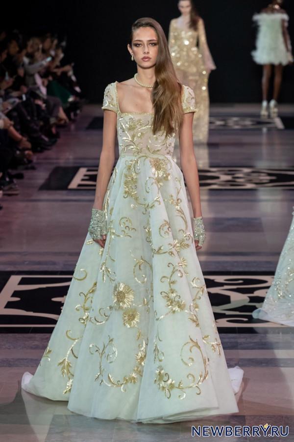 15548c625f126b5 ... модельер Джордж Хобейка создал превосходные вечерние платья.  Изумительная отделка, воздушные перья, аппликации, сверкающие вышивки  бисером и стразами, ...