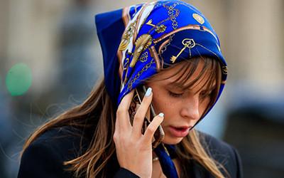 Как модно завязать платок на голове? Учимся на примере street-style модниц.
