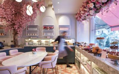 Цветущее кафе Elan Café в районе Челси в Лондоне